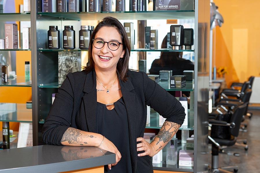 Mitarbeiterin im Friseursalon a.gil in Kelheim / Hohenpfahl